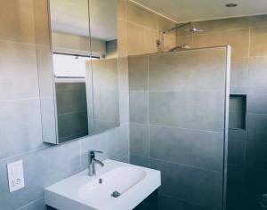 Chateau-Cazalères-luxe-badkamer-met-inloopdouche-2 tn
